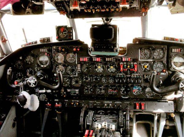Кабина лётчиков самолёта Ан-26