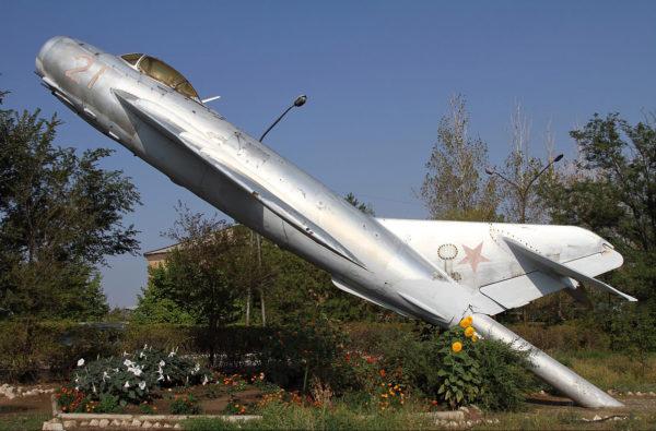 Памятник МиГ-17 в Астраханской области