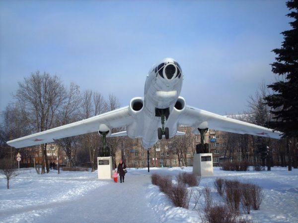 Памятник Ту-16 в Смоленске