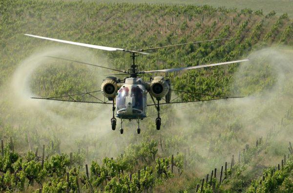 Ка-26 производит опрыскивание ядовитыми химикатами