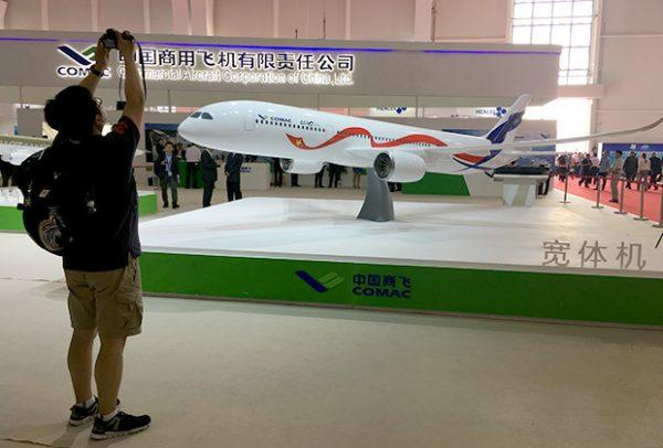 Модель лайнера на авиационном салоне в Китае